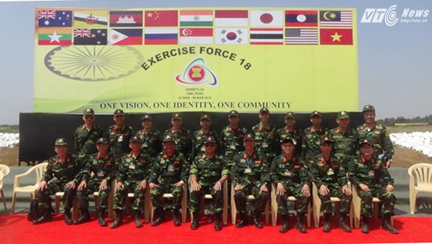 Thượng tướng Võ Văn Tuấn chụp ảnh lưu niệm với Đoàn Việt Nam tại Diễn tập FTX-2016