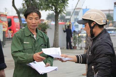 Mặc trên mình chiếc áo quân phục của con trai, ông Sơn lang thang khắp nơi tìm đứa con thất lạc