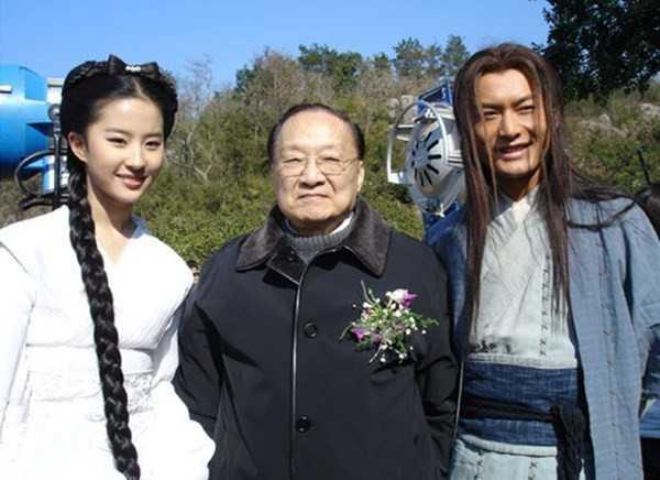 Kim Dung chụp hình cùng Lưu Diệc Phi và Huỳnh Hiểu Minh trên phim trường Thần điêu đại hiệp 10 năm trước. Ảnh: Sina.
