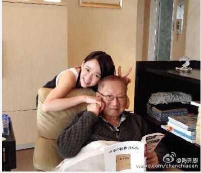 'Đông Phương Bất Bại' Trần Kiều Ân chia sẻ ảnh mới chụp cùng Kim Dung nhân sinh nhật ông. Ảnh: Sina.
