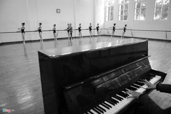 Nữ sinh lớp ballet tại  Cao đẳng Múa Việt Nam (Mai Dịch, Cầu Giấy, Hà Nội) hàng ngày  bắt đầu luyện tập từ lúc 7h sáng.