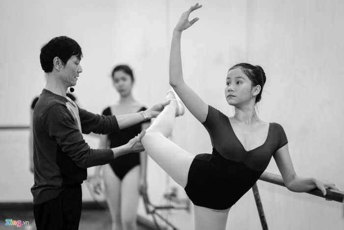 Nghệ sĩ ưu tú Vũ Anh Quân - Trưởng khoa Múa nước ngoài - cũng từng có   quãng thời gian hàng chục năm học tập và biểu diễn ballet, nay lại tiếp   tục trở thành  thầy giáo, nắn từng động tác, chỉ dạy cho những thế hệ   trẻ đi sau.