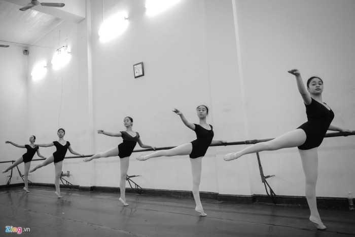 Theo học hệ đào tạo 6,5 năm (múa nước ngoài), nữ sinh phải học qua đầy   đủ các lớp như múa châu Âu, múa tính cách, múa hiện đại, múa DUO (múa   đôi châu Âu), khó và vất vả hơn hệ đào tạo 4 năm (múa dân gian dân tộc).
