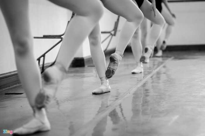 Các giảng viên tại trường cho biết, múa có tuổi nghề ngắn và phải tập   luyện cực khổ. Không phải ai cũng thành công, nếu không có sự rèn luyện   nỗ lực và một phần năng khiếu bẩm sinh.
