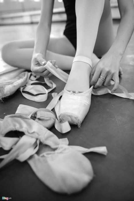 Với cô gái Hà Nội sinh năm 1998, việc thích nhất, khó và chịu nhiều đau   đớn nhất là khi thay giày mũi cứng cho những bài tập nâng cao, tập vở   diễn. Đứng trên ngón chân luôn tạo ra những vết thương, sưng tấy...   khiến học viên thường phải quấn nhiều lớp tất mỏng, nilon vào mũi chân   trước khi xỏ giày.