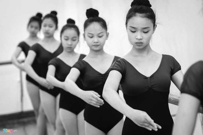 Trường có tổng số 12 sàn tập múa, 9 phòng học văn hoá, âm nhạc. Hàng   ngày, các bạn trẻ tập chuyên môn vào buổi sáng và học văn hoá, lý thuyết   âm nhạc, xướng âm vào buổi chiều.