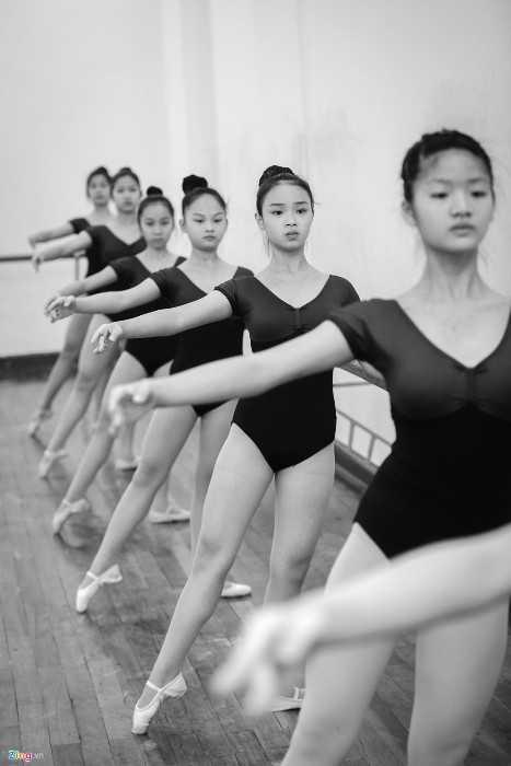 Lê Thuỳ Chi (thứ 2 từ phải sang) là học sinh triển vọng của lớp kịch múa   năm thứ 2 (khoá 4, hệ đào tạo liên thông 6,5 năm). Nữ sinh 13 tuổi,   người Hà Nội cho biết, em yêu thích múa từ khi học mẫu giáo và ước mơ   trở thành thiên nga xinh đẹp trên sân khấu ballet.