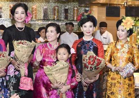 Các hot facebooker tham gia trình diễn BST 'Cô Ba Sài Gòn'.