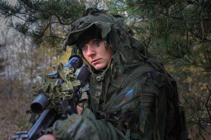 Nữ binh sỹ làm nhiệm vụ bắn tỉa