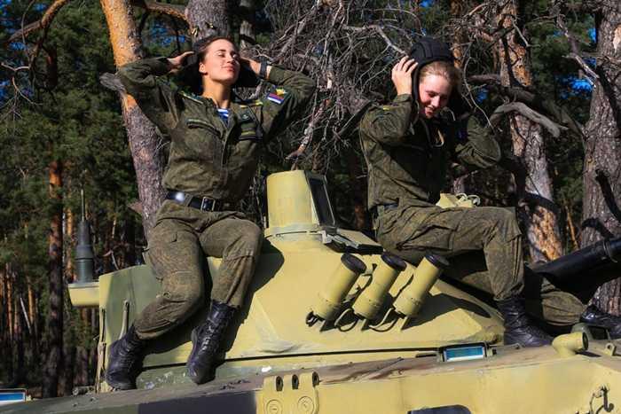 Các cô gái hỗ trợ bằng xe bọc thép