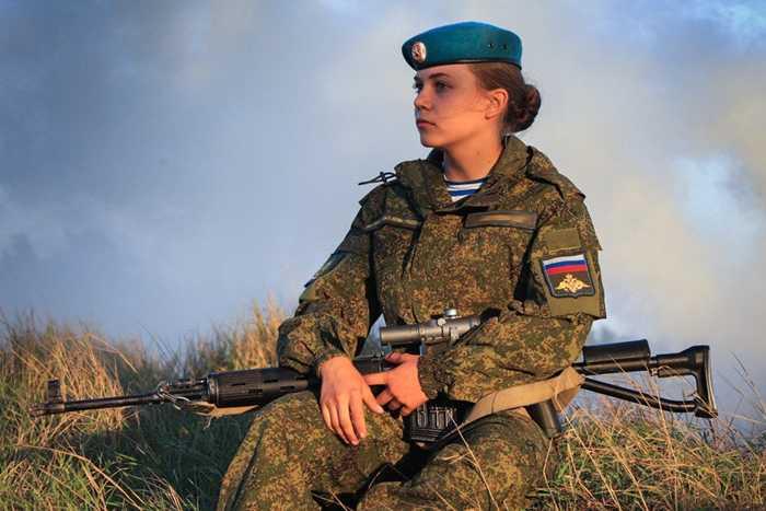 Nữ binh sỹ bên khẩu súng bắn tỉa