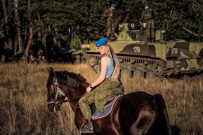 Nữ binh sỹ dù Nga tập luyện cùng ngựa