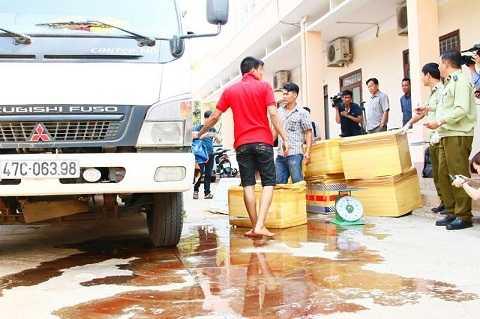 Lực lượng chức năng kiểm tra số thịt thối trên xe tải Ảnh: Thanh Hải