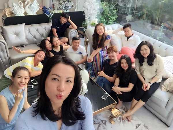 Ngày 9/3, những đồng nghiệp cũ trong nhóm người mẫu Hoa Học Đường đình   đám một thời rủ nhau mở tiệc tại nhà Hoa hậu Yến Nhi - bà xã của nhiếp   ảnh gia Ngô Anh Khôi để 'tống tiễn'Ngọc Thúy về nhà chồng.
