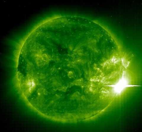 Trái đất sẽ phát ra tia cực tím tỏa sáng các hành tinh khác. Ảnh Dailymail
