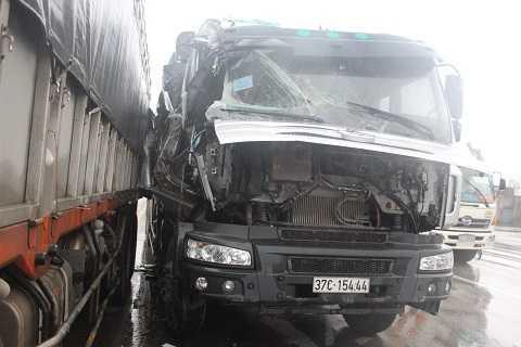 Cú tông vào hông xe tải đang dừng khiến xe 37C-154.44 bị nát phần đầu