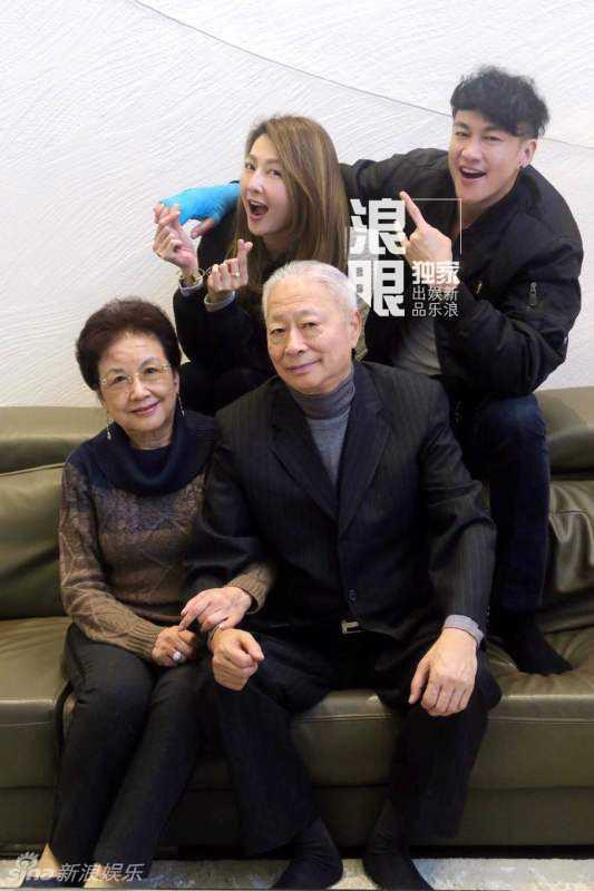 Vợ Hà Nhuận Đông rất trẻ trung. Cô là người ngoài ngành giải trí, bí mật yêu anh suốt 8 năm. Ảnh: Sina.