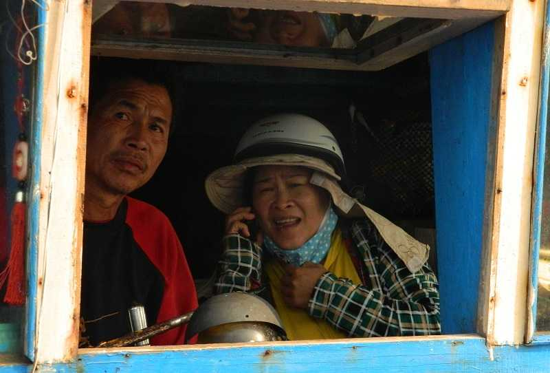 Vợ chồng ngư dân Võ Quang Thái buồn rầu vì trắng tay sau chuyến biển bão táp bị tàu Trung Quốc cướp phá.
