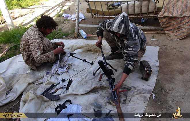 Nhiều chiến binh IS tỏ ra chán nản khi IS giảm mức lương bổng do thiếu hụt tài chính. Ảnh: AP