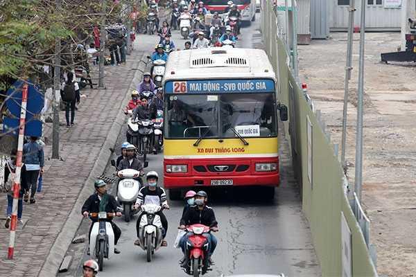 Những chiếc xe buýt to đi trong 3m đường nhỏ hẹp là nguyên nhân chính gây mất ATGT trên đường Xuân Thủy, Cầu Giấy, Hà Nội - Ảnh: Ngô Vinh