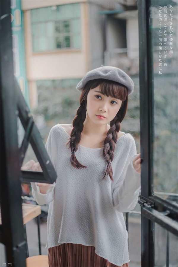 Sở hữu nụ cười tươi, khuôn mặt bầu bĩnh, trong sáng, Bích Ngọc nhận được không ít lời mời làm người mẫu ảnh thời trang cho nhiều cửa hàng tại Hà Nội.