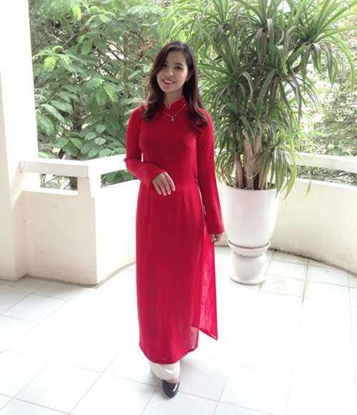 Cô bạn xinh đẹp này là Phạm Kim Yến, hiện là sinh viên trường Cao đẳng Sư phạm Trung ương. Không chỉ sở hữu ngoại hình xinh xắn, cô gái này còn có tài chơi đàn tranh cực siêu.