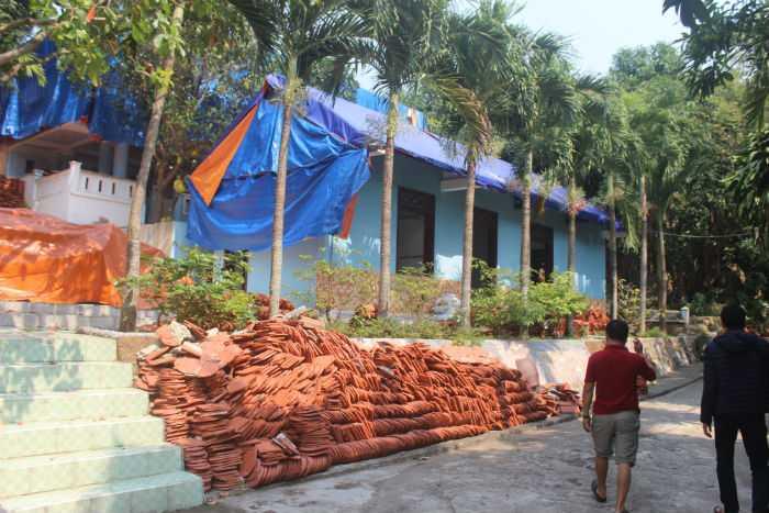 Ngày 10/3, một số hạng mục đã được đập hoặc tháo dỡ. Gạch ngói dỡ ra vẫn đang chất đống trong khuôn viên