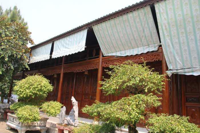 Căn nhà thờ tự bằng gỗ được xây tỉ mỉ, kiên cố nhất. Đại gia Ngô Văn Quang từng xin địa phương gia hạn thêm thời gian để di chuyển căn nhà thờ tự này
