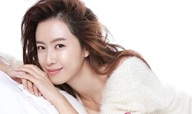 Chưa đầy 1 năm sau đó, hình mẫu lý tưởng của Song Joong Ki đã chuyển sang nữ diễn viên Hong Eun Hee. Cô là vợ của nam diễn viên Yoo Jun Sang và được biết tới với tài nấu nướng xuất sắc. Ảnh: Shiseido