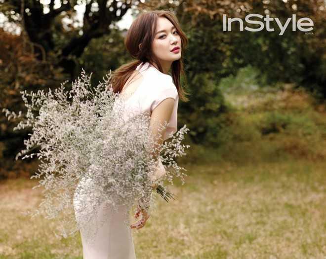 Năm 2012, trong cuộc phỏng vấn quảng bá   cho bộ phim Werewolf boy, bạn diễn của Song Joong Ki là Park Bo Young hé   lộ tài tử 31 tuổi đang để mắt đến nữ diễn viên Shin Min Ah. Ảnh:   InStyle