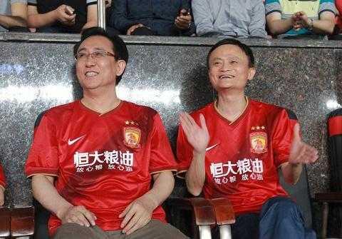 Tỷ phú Jack Ma theo dõi một trận đấu của Guangzhou Evergrande Taobao.