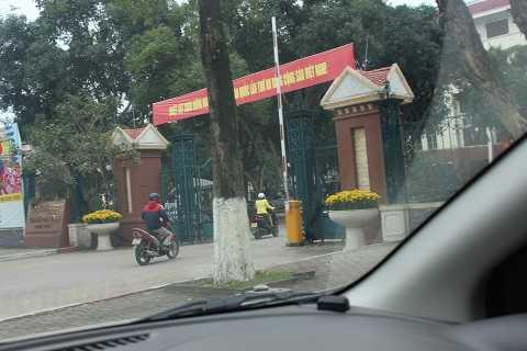 Hình ảnh ghi lại trước cổng UBND TP Vinh lúc hơn 1h30,  một số người bắt đầu mới đến cổng cơ quan làm việc
