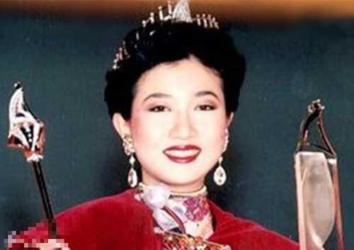 Ngô Ỷ Lợi đăng quang năm 1990