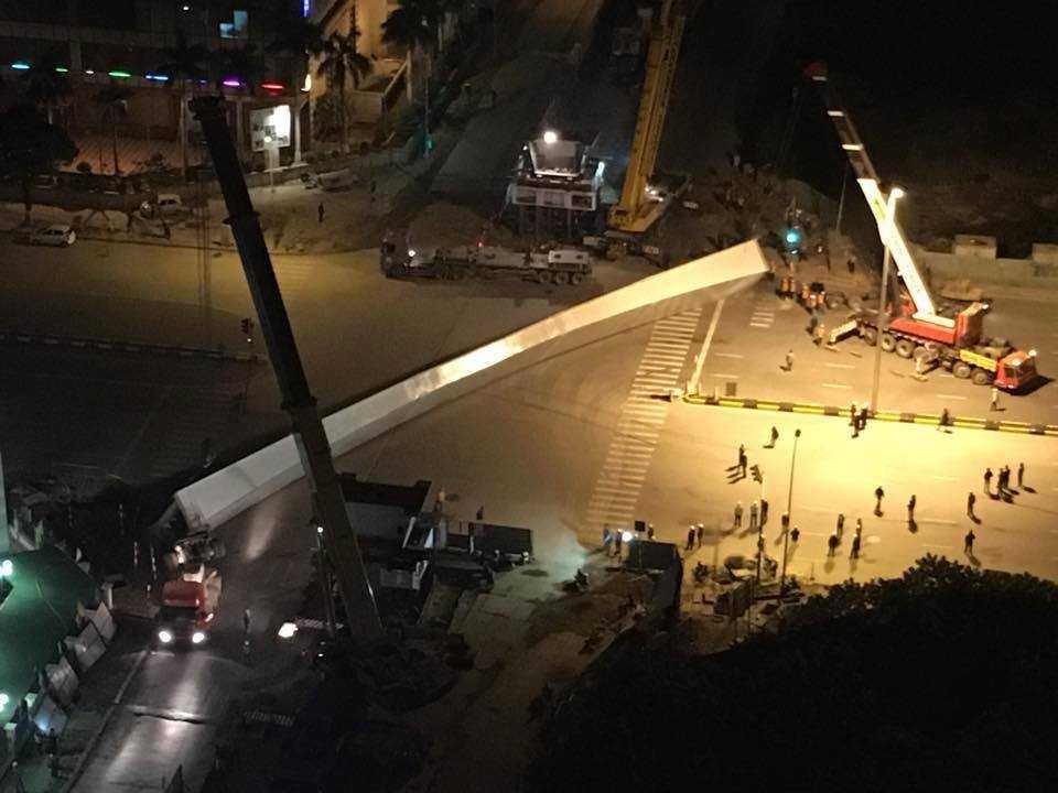 Thanh dầm sắt khổng lồ chắn ngang toàn bộ mặt đường Trần Duy Hưng - Ảnh: Otofun