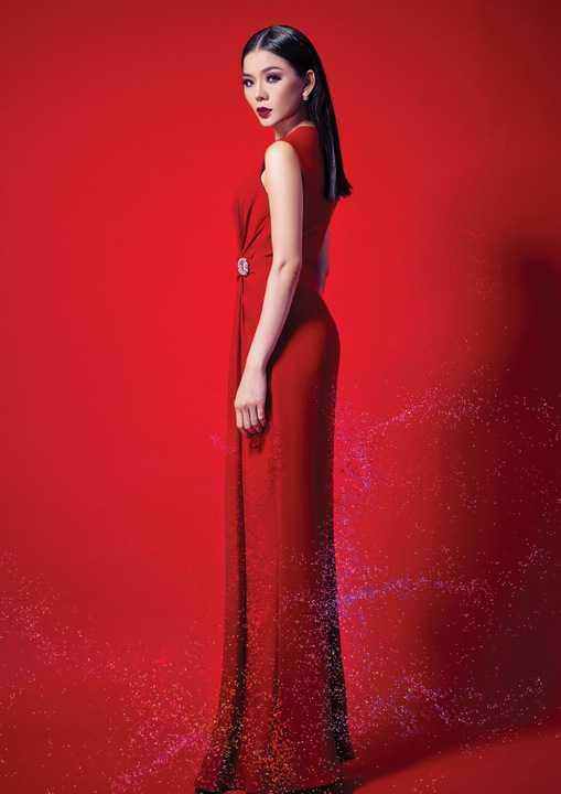 Được đánh giá là một trong những nữ nghệ sỹ có thẩm mỹ thời trang nổi bật, theo xu hướng sang trọng và quyến rũ, lần này, Lệ Quyên lại khiến khán giả ngất ngây với hình ảnh được thực hiện cho CD nhạc trẻ do chính cô làm stylist.