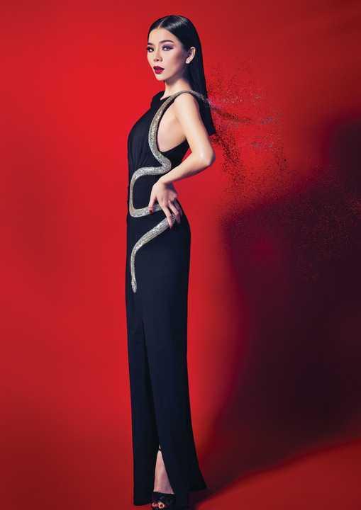 Lệ Quyên – cái tên không chỉ gắn liền với giọng hát truyền cảm đến lạ, mà còn được yêu thích bởi những bộ trang phục được cô lựa chọn đều toát lên vẻ đẹp của người phụ nữ thành đạt, viên mãn đồng thời cực kỳ hiện đại, phóng khoáng và bắt nhịp được xu hướng thời trang trong thế giới những người nổi tiếng.