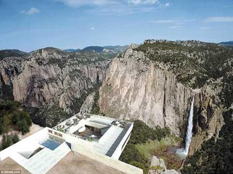Nơi đây cung cấp một điểm nhìn tuyệt vời ra không gian núi rừng xung quanh.