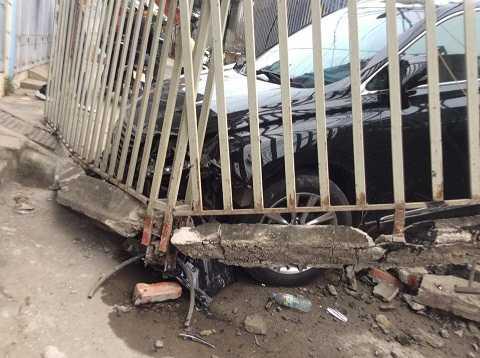 Xe Lexus bị hư hỏng phần đầu sau cú đâm mạnh. (Ảnh otofun)