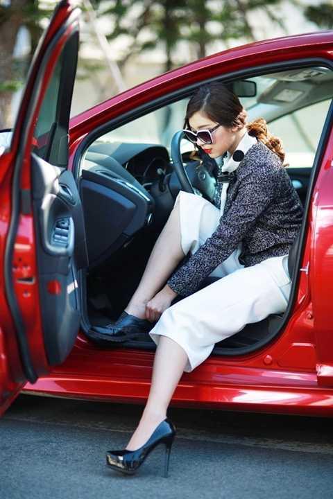 Không đi giầy cao gót khi lái xe.
