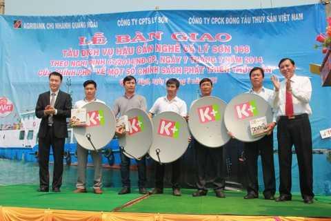 """Đại diện Quỹ """"Khí phách Việt"""" thuộc Tập đoàn Hương Sen và thương hiệu Bia Đại Việt đã trao tặng 20 đầu thu truyền hình số vệ tinh K+ cho các ngư dân ngư trường Hoàng Sa, Trường Sa."""