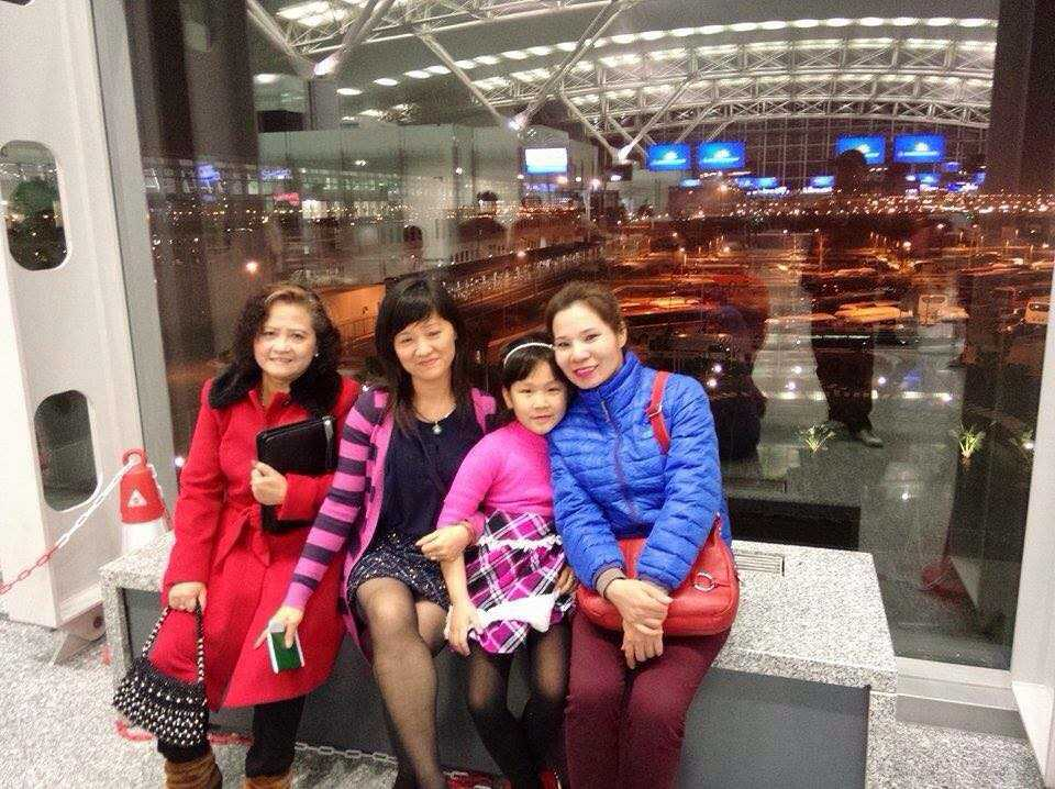 Bà Hạnh (ngoài cùng bên trái), chị Vân cùng con và chị Trang trong một lần sang Anh thăm mẹ.