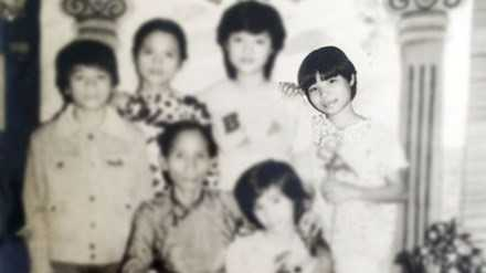Chị Trang đứng ngoài cùng bên phải.