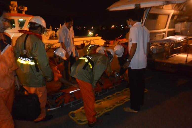 Lực lượng chức năng vượt sóng trong đêm cứu ngư dân bị chân vịt chém đứt tai.
