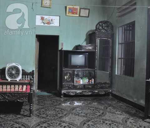 Căn buồng và đồ đạc trong nhà bà Th. đã bị chồng đập phá nhiều lần, phải vất vả bà mới sắm sửa lại được.