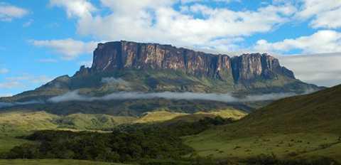 Núi Roraima còn có tên gọi là RoraimaTepui hoặc Cerro Roraima, nằm ở khu vực biên giới 3 nước Venezuela, Brazil và Guyana. Ngọn núi này có niên đại khoảng hai tỷ năm trước trong thời kỳ tiền Cambri. Núi Roraima có đỉnh bằng phẳng khác hẳn so với các ngọn núi khác. Là một trong những ngọn núi lâu đời nhất thế giới, Roraima còn trở nên nổi tiếng khi Conan Doyle đề cập đến nơi này lúc viết lên câu chuyện viễn tưởng