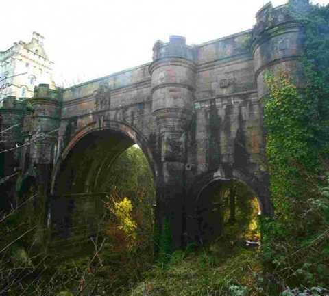 Cầu Overtoun ở Dumbarton ở Scotland là nơi xảy ra hiện tượng kỳ lạ rất nhiều con chó nhảy từ trên cầu xuống tự sát mỗi năm. Kỳ lạ hơn nữa là những con vật này đều nhảy xuống cầu từ cùng một vị trí. Cho đến nay, bí ẩn này còn bỏ ngỏ, chưa tìm ra lời giải.