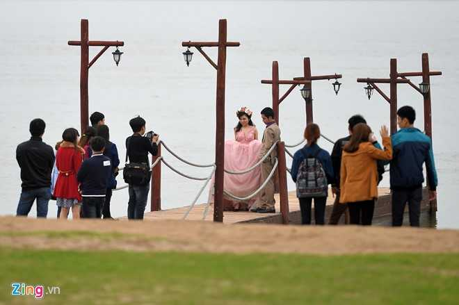 Sau khi xuất hiện ở Đà Nẵng, một chiếc cầu tàu tình yêu tiếp tục được dựng lên tại bãi đá sông Hồng (phường Nhật Tân, quận Tây Hồ, Hà Nội). Nhiều đôi trẻ hiện thích thú chọn tiểu cảnh này cho các bức hình cưới của mình.