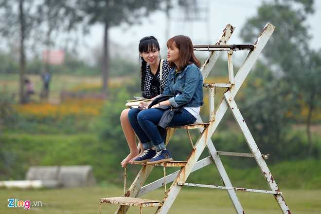 Nếu không chụp ảnh, du khách có thể ngồi chơi, trò chuyện trên chiếc thang hoen gỉ ngoài trời.