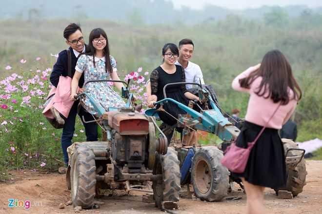 Những tiểu cảnh như đồ dùng cổ, xe công nông... cũng rất thu hút khách đến tạo dáng.