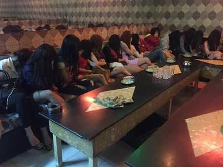 Lực lượng chức năng tại TP.HCM phát hiện nhiều tiếp viên ăn mặc hở hang trong nhà hàng.